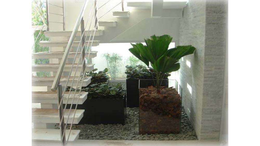 Vasos embaixo da escada - Casa e Jardim