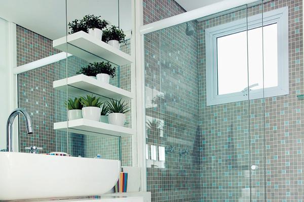 Pastilhas no banheiro  Design de Interiores  Jaqueline Ribeiro -> Banheiro Decorado Com Gabinete De Vidro