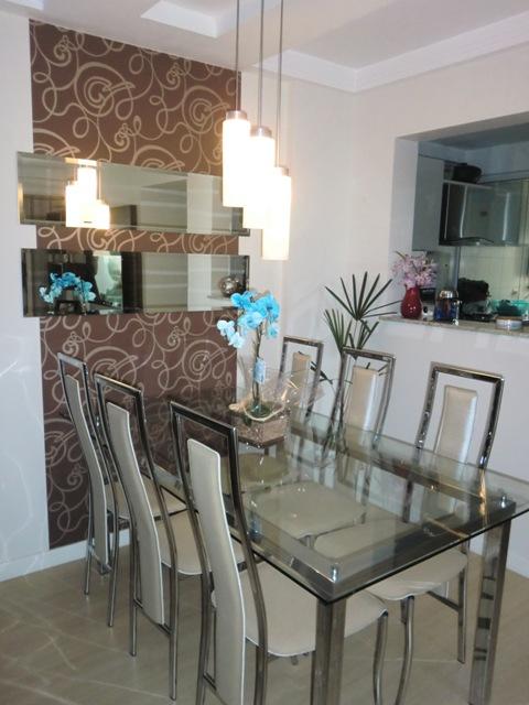 Sala De Jantar Pequena Com Espelho E Papel De Parede