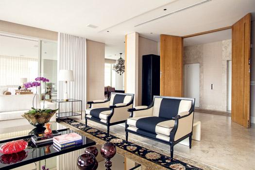 decoracao de interiores estilo classico : decoracao de interiores estilo classico:Colocar uma mesa lateral em estilo clássico ao lado de um sofá bem